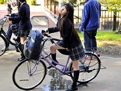 媚薬が塗られたサドルで自転車を漕ぎ続けた女子高生が強制発情!